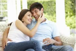 Glückliches Ehepaar Arm in Arm