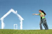 Paar zeichnet sich ein Traumhaus aus Wolken