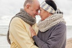 Bild zeigt ein älteres, glückliches Eheepar.
