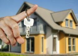 Ein Mensch hält den Schlüssel zu seinem neuen Traumhaus in Händen.