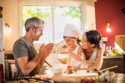 Glückliche Familie backt gemeinsam in der Küche