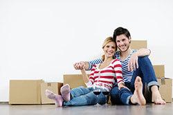 Paar im Umzug nach Hauskauf
