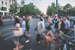 Leute laufen auf der Straße in einer Großstadt